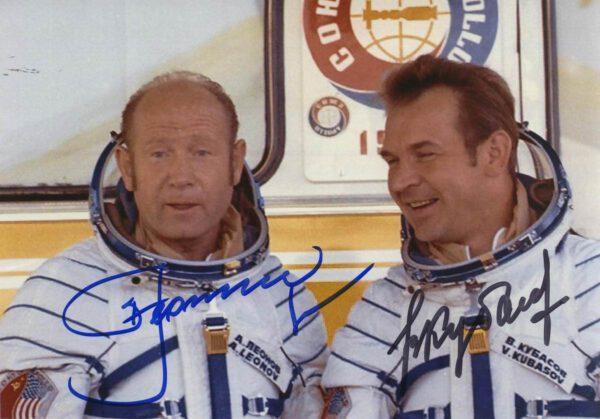Alexej Leonov a Valerij Kubasov před startem lodi Sojuz 19 (15. července 1975)