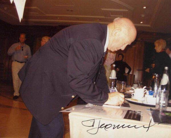 """Alexej Leonov na kongresu ASE ve skotském Edinburghu (2007). Za povšimnutí stojí, že fotografie je pořízena z """"podhledu"""" jakoby z perspektivy čtyřletého dítěte…"""