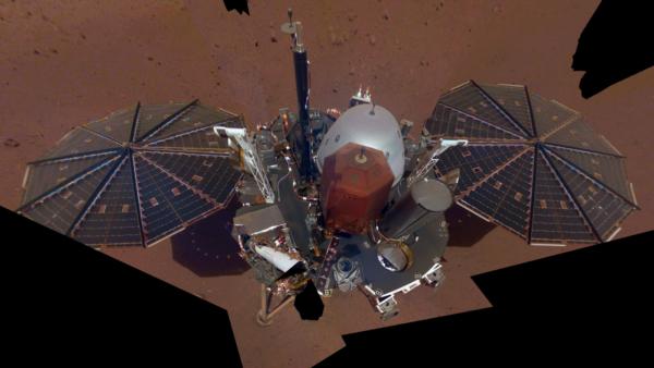 Pár dní po přistání si InSight vyfotila své selfie. SEIS i HP3 jsou ještě na platformě