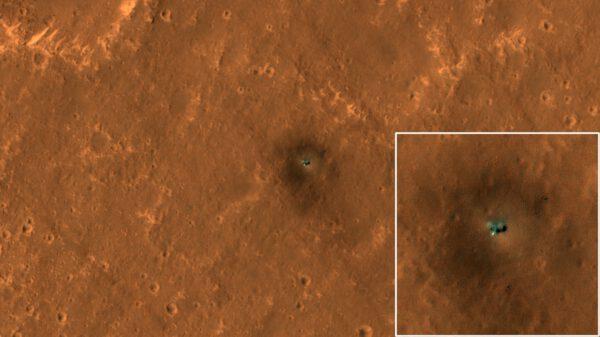 A na závěr nedávná pěkná fotografie InSight přímo z oběžné dráhy. snímek pořídila sonda MRO