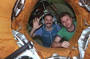 Usačov a Onufrijenko se loučí s posádkou STS-76 těsně před uzavřením příklopů