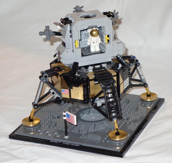 """Lunární modul """"Made in LEGO"""" se vyznačuje mnoha překvapivými detaily: přístroje jsou například i uvnitř vzletového stupně"""