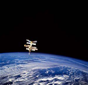 Pohled na Mir z odlétajícího Atlantisu