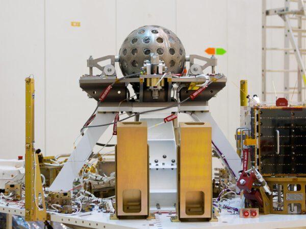 Tohle není disko-koule, ale družice LARES vypuštěná při premiéře rakety Vega v roce 2012.