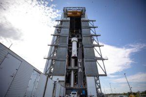 Zvedání stupně Centaur na vrchol rakety Atlas 5