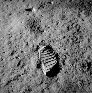 Slavná fotka otisku boty Buzze Aldrina v lunárním regolitu z mise Apollo 11