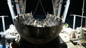 Fotografie vylovené poloviny aerodynamického krytu Falconu Heavy po misi Arabsat 6A, kterou zveřejnil Elon Musk.