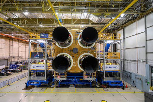 Čtyři motory RS-25 na centrálním stupni SLS určeném pro misi Artemis I