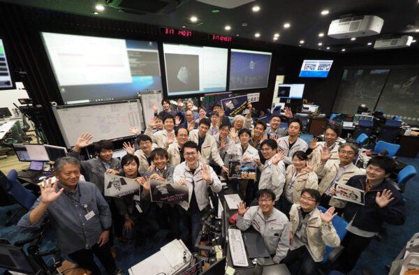 Společná fotografie členů pozemního týmu při odletu sondy Hayabusa 2 od planetky Ryugu.