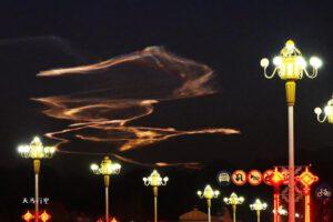 Světlo a spaliny ze startu rakety Kchuaj-čou-1A vytvořily na obloze hotové umělecké dílo.