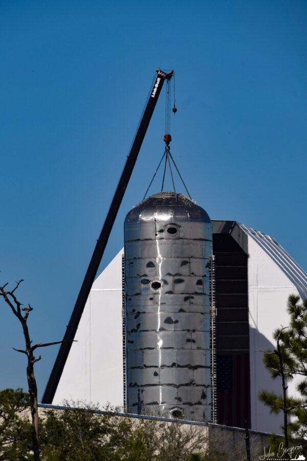V polovině listopadu bylo na spodní část floridské Starship Mk 2 umístěno víko kyslíkové nádrže.
