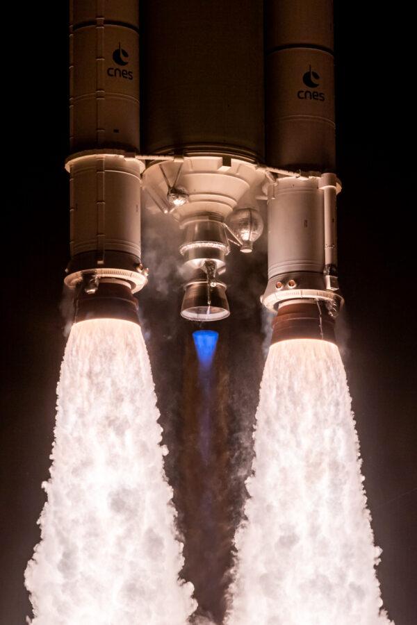 Parádní záběr na motory Ariane 5