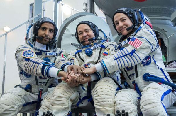 Posádka, která startovala v Sojuzu MS-15. Zleva Al Mansouri - Skripočka - Meir.