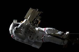 Luca Parmitano vyfocený Olegem Skripočkou během výstupu 15. listopadu.