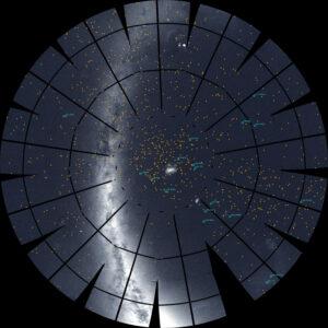 Mozaika 13 sektorů jižní oblohy vytvořená z dat teleskopu TESS. Každý světle modrý kruh značí exoplanetu, kterou teleskop TESS objevil, oranžově jsou vyznačeny hvězdy, u kterých sice TESS detekoval exoplanetárního kandidáta, ale ten se teprve musí potvrdit.