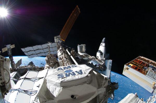 AMS-02 na archivním snímku i s raketoplánem připojeným u ISS.