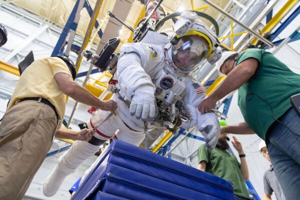 Astronauti se na unikátní opravu AMS-02 nechystali jen v bazénu, ale i na systému ARGOS, který důmyslným systémem kladek odlehčuje astronauta a tím simuluje podmínky na oběžné dráze.