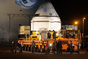 Loď Starliner po vyvezení z hangáru
