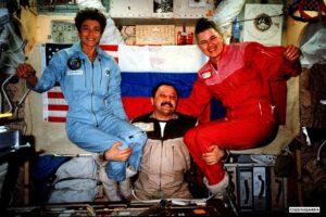 Dvě dámy na palubě - věc neobvyklá i pro zkušeného kosmonauta, jakým je Jurij Usačov...