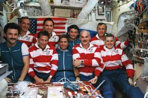 Posádky EO-22 a STS-79 v základním bloku MIru