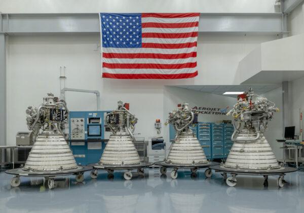 Čtyři motory RL-10, určené pro budoucí použití v horních stupních SLS, počínaje Artemis II. Motory mohou být použity v horních stupních ICPS i EUS.