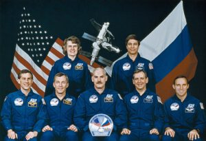 Posádka STS-79: (vepředu zleva) Apt, Wilcutt, Readdy, Akers, Walz; stojící: Lucid, Blaha