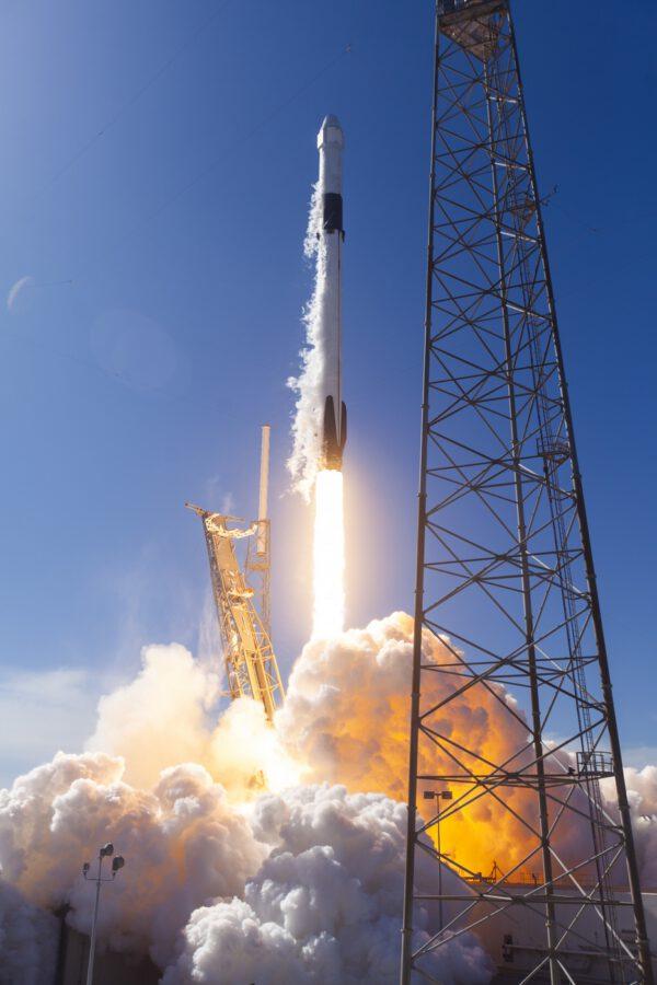 Falcon 9 vynáší Dragon CRS-19