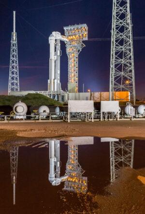 Raketa Atlas V s první lodí Starliner během zkoušek na rampě.