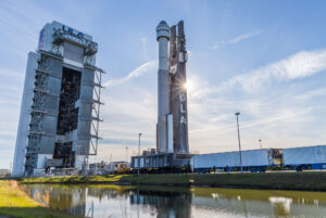 Vývoz Atlasu V s první lodí Starliner na zkoušky na rampě.