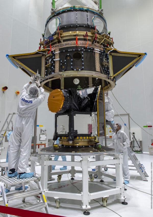 Jelikož CHEOPS nepoletí sám, musel být na něj opatrně usazen adaptér ASAP-S (Arianespace System for Auxiliary Payloads), na který se připojí další družice.