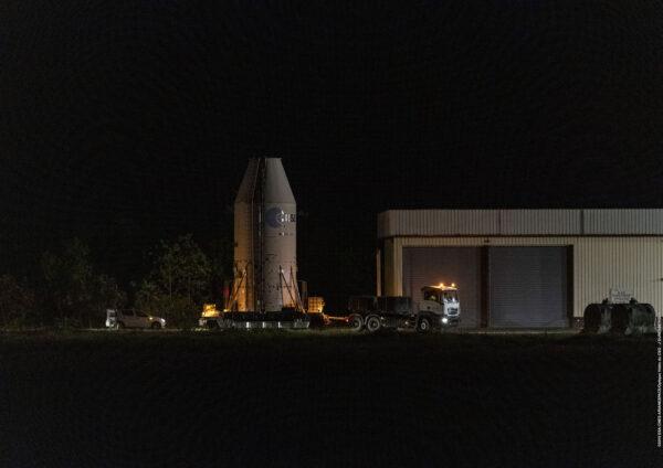 Noční přesun transportního modulu s teleskopem CHEOPS do integrační haly.