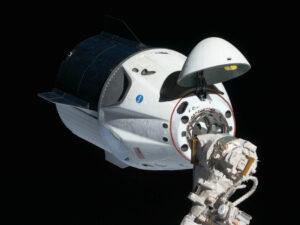 První (zatím nepilotovaný) Crew Dragon během přibližování k ISS.
