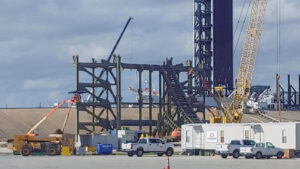 Černá kovová konstrukce na budované rampě u 39A by měla být základem deflektoru spalin.
