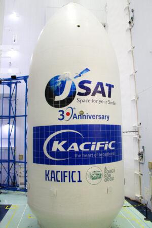Aerodynamický kryt s družicí Kacific-1 (JCSat-18) čeká na připojení k druhému stupni Falconu 9.