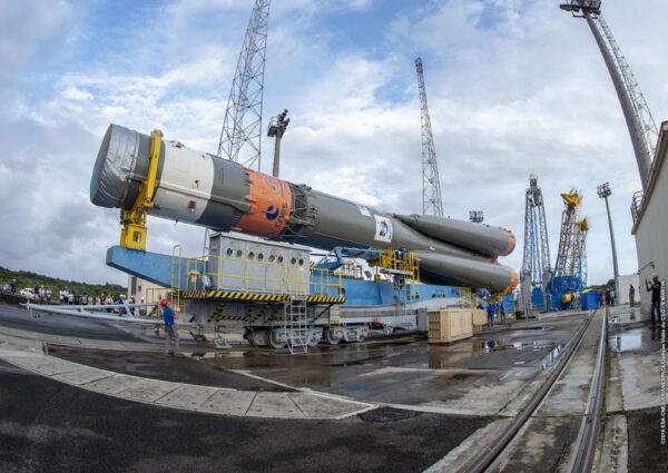 Sojuzu při transportu chybí špička s nákladem, ale to je v Kourou běžné.