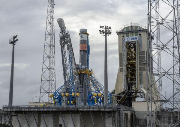 Vztyčený Sojuz čeká na přisunutí obslužné věže.