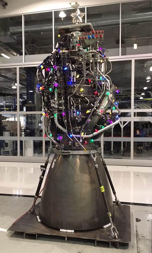 Vánočně ozdobený motor Raptor od SpaceX.