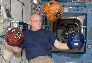 Astronaut Scott Kelly při práci strojicí SPHERE