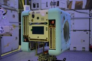 Přední panel Queen sdotykovou obrazovkou, kamerami a sensory.