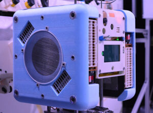 Sací otvor pohonného systému na boku robota