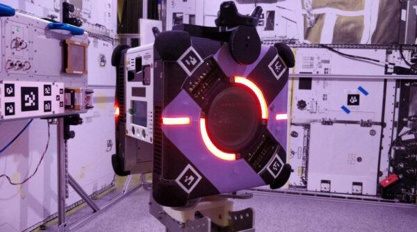 LED osvětlení změnou barvy informuje posádku o právě probíhající činnosti robota
