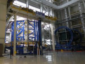 Nástroj Vertical Weld Center v budově 115 v MAF, ve kterém jsou svařovány válcové díly centrálního stupně SLS. Tento nástroj bude využíván i při svařování válce vodíkové nádrže stupně EUS. Budova 115 je plánována i pro finální vertikální montáž EUS