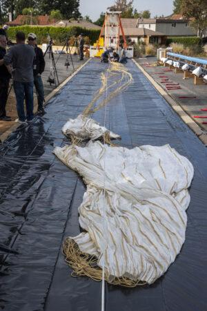 Inspekce prvního hlavního padáku pro ExoMars o průměru 15 metrů po pozemní zkoušce vytažení v rychlosti 200 km/h.