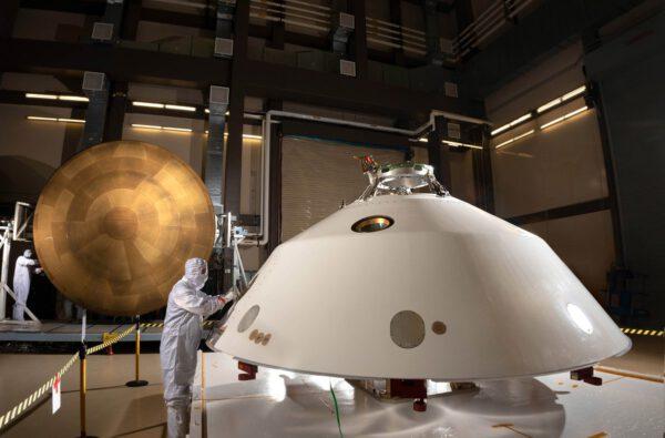 Na Kennedyho středisko už zatím dorazil přední tepelný štít i zadní kryt pro Mars rover 2020.