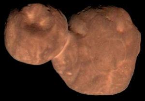 Kontaktní dvojplanetka Arrokoth (dříve Ultima Thule) vyfocená sondou New Horizons.