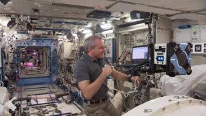 Astronaut David Saint-Jacques dohlíží na Bumble při testování dálkového řízení robota zAmesova centra NASA.