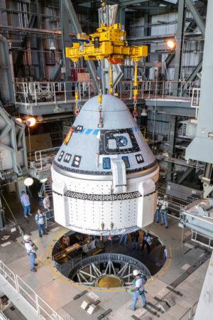 Starliner pro misi OFT při usazování na raketu Atlas V