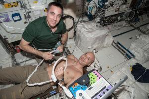 Luca Parmitano a Chris Cassidy při jednom zrutinních ultrazvukových vyšetření na palubě ISS. Ultrasonografie se na ISS využívá kširokému spektru experimentů a vyšetření od pohybového systému až po systém kardiovaskulární. Ultrazvukových zařízení se vprůběhu času využívalo několik typů. Nejnověji je to Vivid Q od firmy GE.