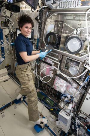Italská astronautka Samantha Cristoforetti během práce s 3D tiskárnou na ISS.