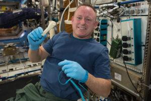 Americký astronaut Barry Wilmore na fotce z roku 2014 drží na palubě ISS vytištěný ráčnový klíč. Ten byl vytištěn palubí 3D tiskárnou poté, co pozemní středisko poslalo posádce elektronický soubor s modelem.